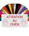 Plaque Attention Au Chien Autocollante – Plaque De Maison PVC Adhésive 10 x 5 cm (Blanc écrit Rouge)